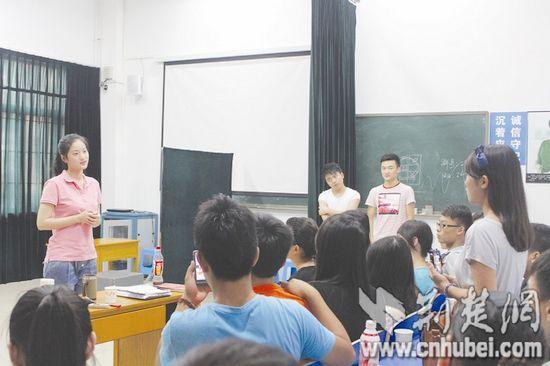 图为:顾珂嘉(左)与艺考生们交流