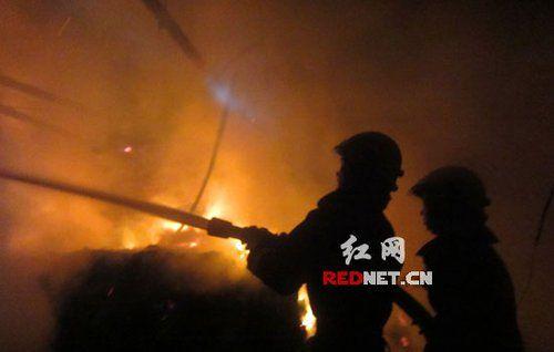 (岳阳县一纸浆原料堆仓库发生火灾 15吨原料被烧毁。)