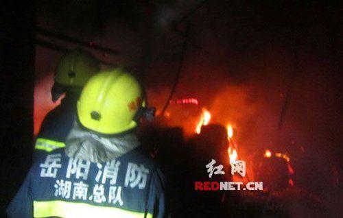(50多名消防官兵赶往事故现场灭火。)