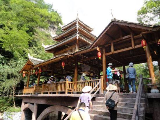 游客游览万佛山