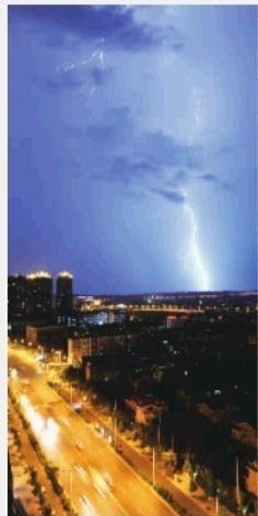 7月22日晚8点至9点,长沙市开福区湘江世纪城北,雷电交加,顿时一场大雨倾盆,气温比白天降低不少。