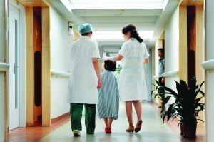 护士阿姨带着小丽做体检,她很乖,一路上不停地问护士阿姨问题。