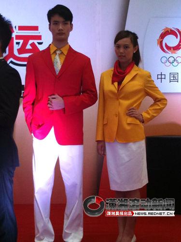 (2008年北京奥运会中国体育代表团的奥运礼服。图/潇湘晨报滚动新闻记者 张莉)