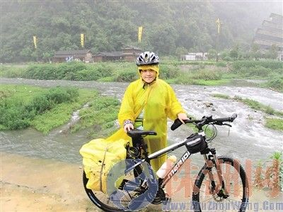 小谭在黄龙洞景区留影(图片由受访者提供)