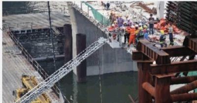福元路湘江大桥河东工区,重达120吨的龙门吊贝雷片在拆除过程中发生侧翻,两名工人受伤。 记者 田超 摄