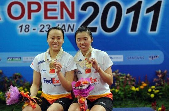 赵芸蕾、田卿(右)在颁奖仪式上