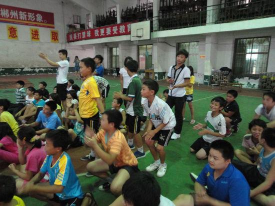 看到易思玲夺冠 所有学生都兴奋得从地上站起来