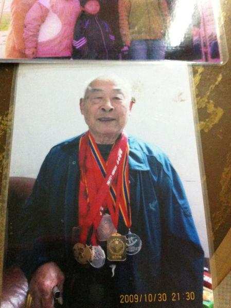 易思玲老家桂阳 爷爷胸前挂着孙女儿的奖牌