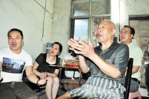 街坊邻居聚集在易爷爷家里,一起迎来了易思玲夺金的喜悦一刻