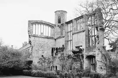 苏德利古堡庭院中保留的大厅废墟。