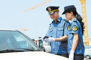 从今日起,市交通行政执法局执法队员将换上全国统一样式的制服上路执法。