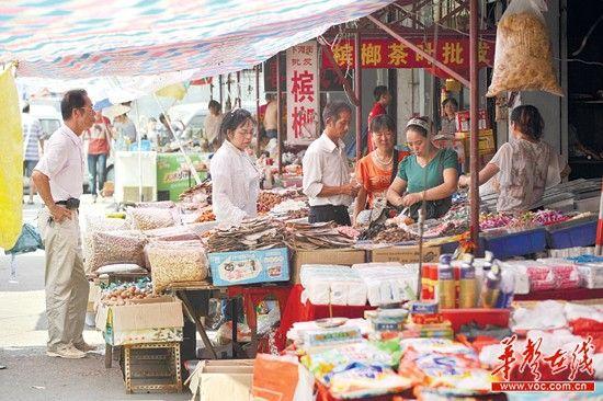 7月31日下午,长沙市下河街小商品市场,一些顾客在选购商品。本版图片均由记者 田超 摄