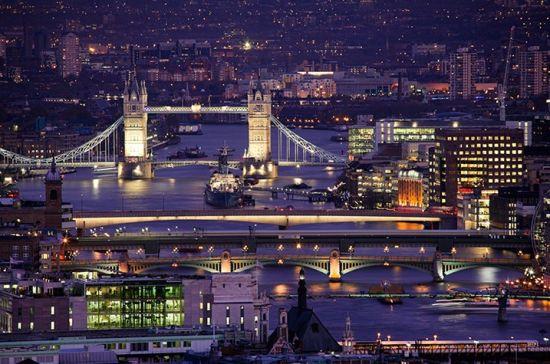 寻找伦敦最美的天台风景图集是由詹姆斯伯恩斯历时五年,从伦敦的100多个天台上拍下的数千张照片,多数照片都是在居民住宅区的天台上所拍。下面的十张图片就是从中精挑细选出来,跟着小编一睹伦敦美轮美奂的天台风景吧! 圣保罗大教堂宛如伦敦的守门人一般,自豪地屹立在高高矮矮的建筑当中。