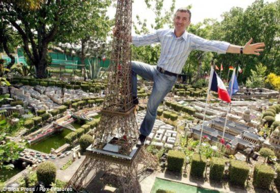 """奥比昂站在自己的""""埃菲尔铁塔""""上。"""