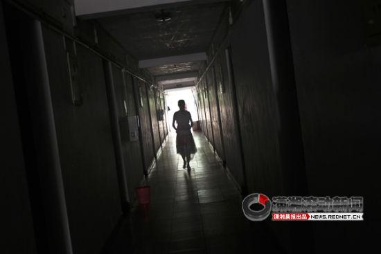 (7月28日凌晨,湖南大学天马公寓一区一栋223女寝室进入一名陌生人,学生吓得拼命呼救。目前警方正在调查。图/潇湘晨报滚动新闻记者 赵赫庭)