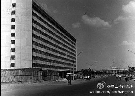 (微博网友@老口子在长沙 晒五一东路刚修建时的长岛饭店)