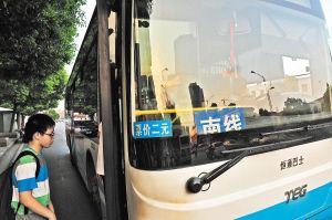 501路公交车分南、北线,市民稍不注意就会坐错方向。
