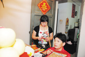 林清峰妈妈在儿子每一把举重前,都要在自家神龛礼拜。CFP供图