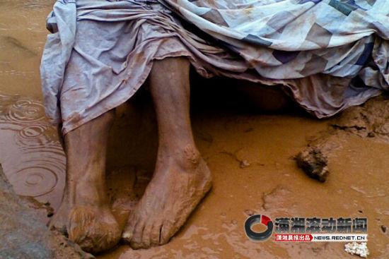 (8月4日上午10时40分左右,长沙望城区白若铺镇63岁的村民李嗲嗲从长常高速经过时,发现路边有一具裸死的男尸。图/潇湘晨报滚动新闻记者 赵赫廷)