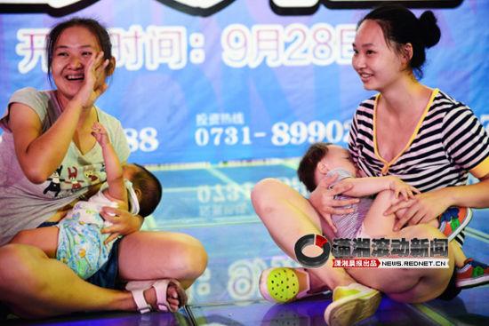 """(8月6日,黄兴路步行街。国际母乳周,7个妈妈自发组织""""哺乳快闪""""活动。图/潇湘晨报滚动新闻记者 陈勇)"""