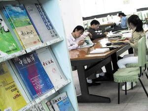 高校图书馆是大学生自习的最佳去处。很多学生担心,如果图书馆向社会开放,他们会更难找到自习的座位。CFP图