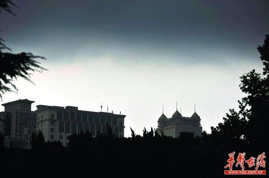 8月6日下午,湖南烈士公园,大雨将至,乌云压在了城市上空,户外的光线也黯淡下来。记者 田超 摄