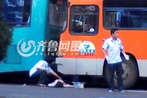 7日上午8点15,济南舜耕路会展中心公交站附近,一名年轻女孩遭遇车祸,被夹在两辆公交车中间(网友供图)