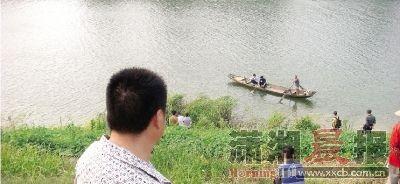 黎圫潭阳村4组,昨日下午5点,救护车、警车、搜救船齐聚附近的浏阳河畔搜寻跳入浏阳河的男子。 本组图/记者陈斌