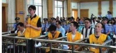 """▲8月9日,""""高中生卖肾买苹果手机案""""庭审现场。"""
