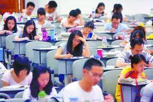 9日,西南政法大学(微博),教室里坐满了备战司法考试自习的学生。记者 胡杰 摄