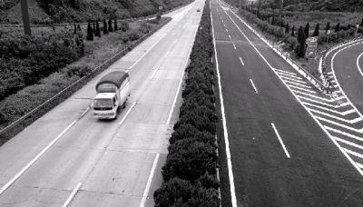 昨日上午,改造后的潭耒高速东半幅路面变成了黑色沥青路面,白色的标志标线清晰。而西半幅仍为白色水泥路面。图/记者邵骁歆