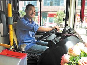 """冯建湘在车内摆放绢花迎客已有10年时间了,被队友们称为""""花艺哥""""。 陈暄 摄"""