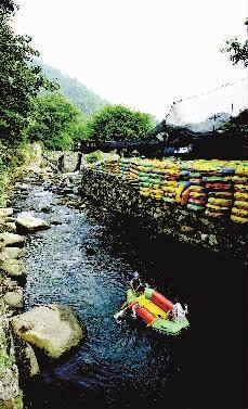 由于连续下雨、缺乏控水措施,若干支流积水都涌向了出事的漂流路线。 记者 童迪 摄