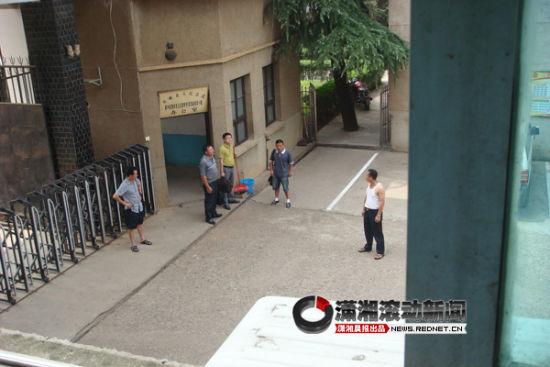 (参与开庭的两名福建老板陈金满(左二)、陈明(右二)在法院门口。图/潇湘晨报滚动新闻记者 陈斌)