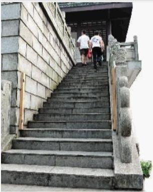 8月14日,长沙市岳麓山顶观景台,楼梯口设立了门栓,木门被临时取走