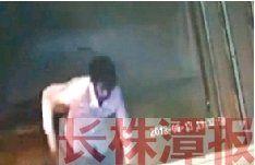 8月13日晚7点半左右,芦淞区芦淞路城中窗帘布艺市场附近,一名白衣男子捅了一位女士6刀,并将其挎包抢走。视频截图