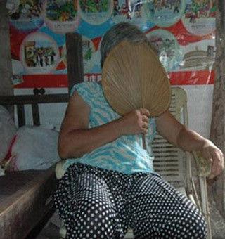 记者强拍周克华年迈母亲 她始终用蒲扇遮着面部