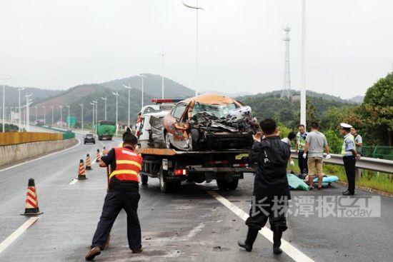(8月22日,长株高速,死者的尸体还在现场。图/长株潭报滚动新闻记者 陈正)