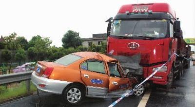 逆行的士与大货车猛烈相撞,的士车头嵌入货车底部,损毁严重。通讯员 熊双 摄