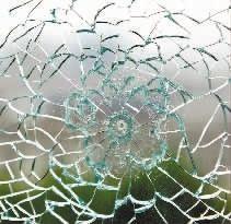 子弹击中钢化玻璃后留下的弹孔痕迹。