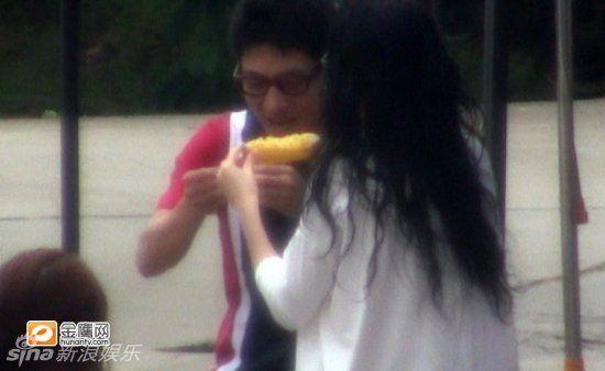 撒贝宁与章子怡互相喂食玉米的甜蜜照