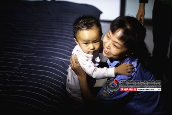 """(8月23日中午,长沙一大学生报警说,一中年男子""""塞""""给他一个孩子后就不见了,孩子身上脏兮兮的,可能是被拐卖的。图/潇湘晨报滚动新闻记者 张轶)"""