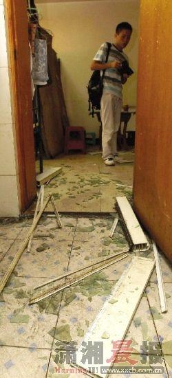 22日,高桥物流园新塘垅小区17栋的二楼一厨房内发生液化气爆炸,厨房门的玻璃散了一地。图/记者刘有志