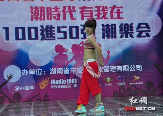 100万港元的冠军大奖,吸引了不少潮男潮女前来参赛。