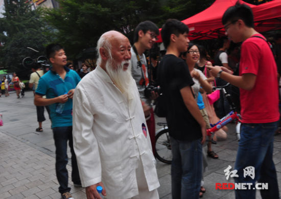 今年78岁的肖发老爹爹也赶来参加复赛,他早已是长沙的民间娱乐明星。