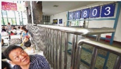 8月28日,长沙火车站候车大厅。停电的三小时里,站内采用人工掀牌方式引导旅客乘车。 实习生 陈俊筱 摄