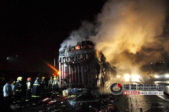 (29日凌晨1点,京珠高速三一大道星沙收费站附近一货车着火。图/潇湘晨报滚动新闻记者 陈勇)