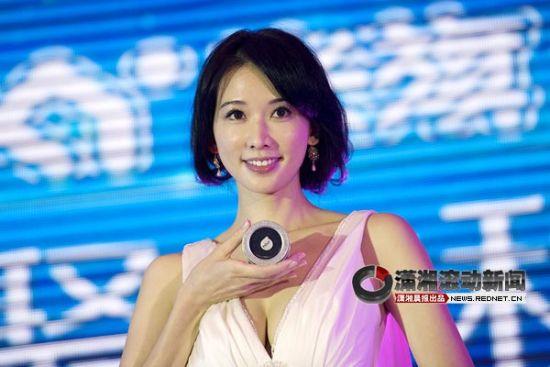 (8月30日,林志玲现身长沙为品牌代言,大秀性感乳沟。图/潇湘晨报滚动新闻记者 张轶)