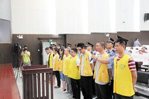 跨省杀人抢劫团伙被告席上受审,右一为徐小明。 王力夫 摄