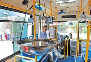 3分钟内要完成一系列规定动作,车内吊着的一大盆水还不能洒出来,技能比武考验公交司机的水平。  陈飞 摄
